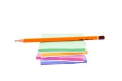 Bleistift und Aufkleber getrennt. Stockfotografie