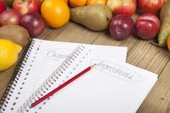 Bleistift und Bücher mit Früchten Lizenzfreie Stockfotos