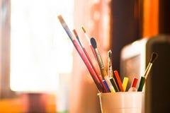Bleistift und Bürste auf Schale stockfotografie