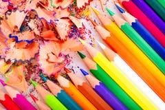 Bleistift und Bleistiftschnitzel getrennt auf Weiß Lizenzfreie Stockfotos
