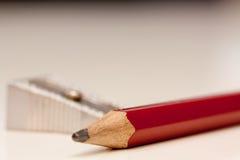 Bleistift und Bleistiftspitzer Stockfotografie
