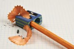 Bleistift und Bleistiftspitzer Stockfoto