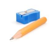 Bleistift und Bleistiftspitzer auf Weiß Stockbild