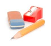 Bleistift und Bleistiftspitzer auf Weiß Lizenzfreie Stockfotografie