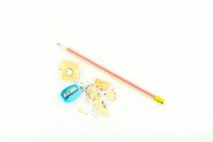 Bleistift und Bleistiftspitzer lokalisiert auf weißem Hintergrund Lizenzfreies Stockfoto