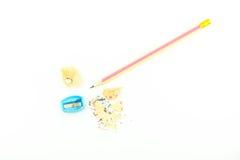 Bleistift und Bleistiftspitzer lokalisiert auf weißem Hintergrund Lizenzfreie Stockfotografie