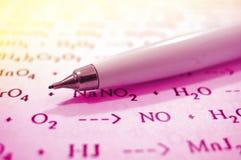 Bleistift und Chemieformeln Stockfotos