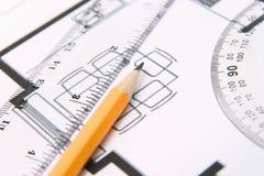 Bleistift und ein Winkelmesser Lizenzfreies Stockbild