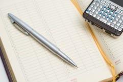 Bleistift und intelligentes Telefon auf Terminkalender Stockfoto