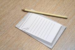 Bleistift- und Notizauflagenkonzept lizenzfreies stockbild