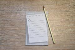 Bleistift- und Notizauflagenkonzept stockbild