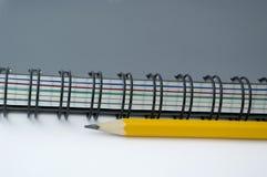 Bleistift und Notizbuch. Stockfotografie