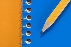 Bleistift und Notizbuch. Stockbild