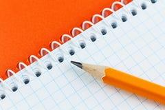 Bleistift und Notizbuch Stockfoto
