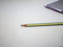 Bleistift und Notizbuch auf Schreibtisch Stockfotos