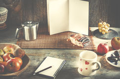 Bleistift und Notizbuch, Leerseiten des Buches mit Kopienraum auf Holz Lizenzfreies Stockfoto