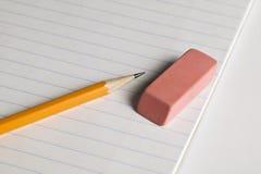 Bleistift und Radiergummi auf einer Auflage des Papiers Lizenzfreies Stockfoto