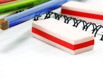 Bleistift und Radiergummi auf Notizbuchpapierabschluß oben Lizenzfreie Stockfotografie