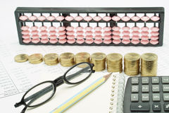 Bleistift und Schauspiele auf Notizbuch mit Taschenrechner auf Finanzdokumenten Lizenzfreies Stockbild