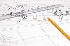 Bleistift und Tabellierprogramm gegen die entpackte Zeichnung Lizenzfreies Stockfoto