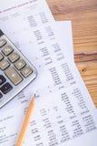 Bleistift und Taschenrechner auf Einkommen-Bericht Stockbild
