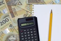 Bleistift und Taschenrechner auf polnischen Geldbanknoten Stockfotografie