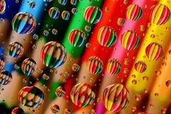 Bleistift-Zeichenstifte durch Wasser-Tröpfchen Stockfoto