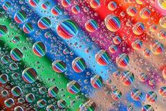 Bleistift-Zeichenstifte durch Wasser-Tröpfchen (3) Stockfoto