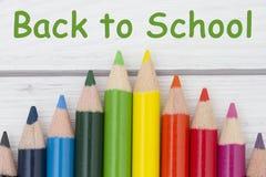 Bleistift-Zeichenstifte mit Text zurück zu Schule Stockfotografie