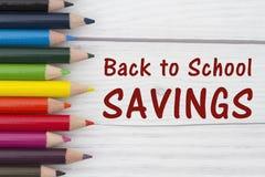 Bleistift-Zeichenstifte mit Text zurück zu Schuleinsparungen Stockfotos