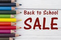 Bleistift-Zeichenstifte mit Text zurück zu Schulverkauf Stockbild