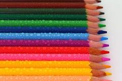 Bleistift-Zeichenstifte mit Wasser-Tröpfchen Stockfotos