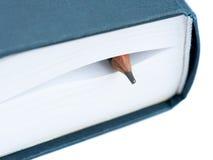 Bleistift zwischen den Blättern des Buches Stockfotos