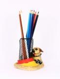 Bleistiftcup gefüllt mit bunten benutzten Bleistiften Stockfoto