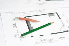 Bleistifte über Lichtpausen lizenzfreie stockfotografie