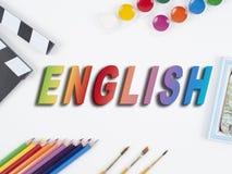 Bleistifte, Aquarell, B?rste und Holz auf wei?em Hintergrund Wort ENGLISCH lizenzfreie stockfotos