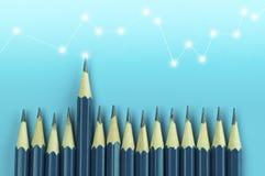 Bleistifte auf blauem Hintergrund, Konzept im Führer und Herausragendem Lizenzfreies Stockfoto