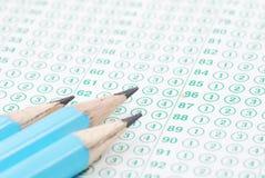 Bleistifte auf Blindprobeblattabschluß oben Stockfotografie