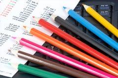 Bleistifte auf dem Laptop Stockfoto