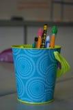 Bleistifte auf dem Schreibtisch des Lehrers Lizenzfreie Stockfotos
