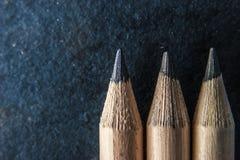 Bleistifte auf der dunklen Steinhintergrundnahaufnahme Stockbild