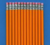 Bleistifte auf einem blauen Feld Stockbild