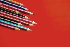 Bleistifte auf einem orange Hintergrund stockbilder