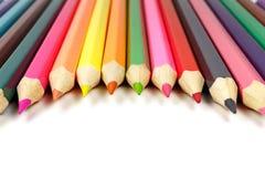 Bleistifte auf einem weißen Hintergrund gelegt in ein Halbrund, Vorderansicht Lizenzfreie Stockfotos