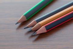 Bleistifte auf einer braunen Tabelle, einem Werkzeug für das Zeichnen und dem Zeichnen Stockfotos