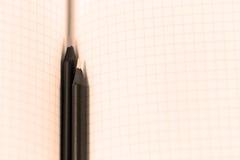 Bleistifte auf einer Matheseite Lizenzfreie Stockfotos
