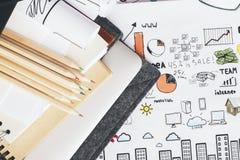 Bleistifte auf Geschäftsskizze Stockbilder