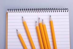 Bleistifte auf Notizbuch Stockbilder