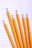 Bleistifte auf Notizbuch Lizenzfreie Stockfotografie