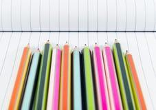 Bleistifte auf Notizbuch Lizenzfreies Stockfoto